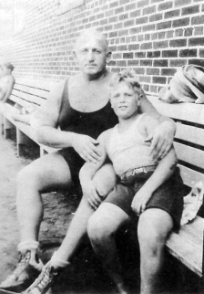 robert-with-his-father-samuel-horowitz-howard-in-1931